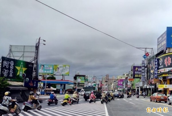 彰化縣府於今天凌晨宣佈停班停課,但在今天上午時,彰化市區卻無風無雨,路上的機車騎士都沒人穿著雨衣。(記者林良哲攝)