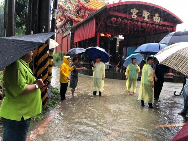 陳其邁宣佈停止選舉活動,到大寮瞭解積淹水情況(記者王榮祥翻攝)