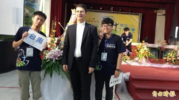 大伙兒爭相和教廷駐華大使館代辦高德隆(中)合照。(記者廖淑玲攝)