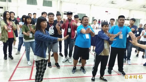 來自各國的青年彼此分享及互相學習。(記者廖淑玲攝)