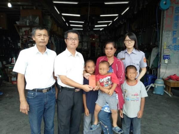 陳姓婦人由女警黃佳琪(後排右一)陪同到吉安鄉代表林源富(左二)朋友(左一)的工廠領取1萬元善款,讓陳婦肩頭重擔暫時輕鬆一下。(警方提供)