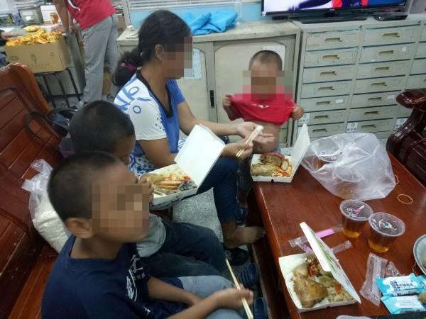 陳婦和3個小孩吃便當,8歲、7歲的2個孩子各吃一個,媽媽和3歲小兒子合吃一個,便當內都有大雞腿、滷蛋、香腸、白帶魚,吃得很滿足。(警方提供)