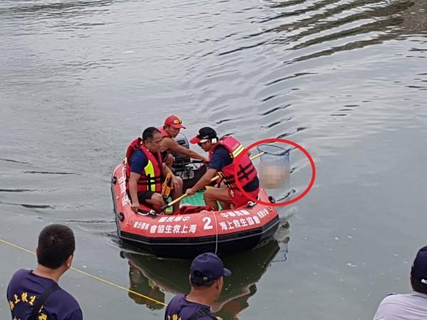民間救難團體今天上午打撈到疑似永和分屍案死者的斷肢。(記者徐聖倫翻攝)