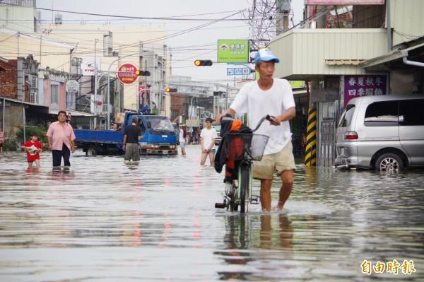 嘉義縣布袋鎮永安里、東港里今天仍泡在水中。(記者曾迺強攝)