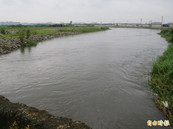 台南市曾文排水下游已完成整治,但上游還沒有,也造成上游村落嚴重淹水。(記者蔡文居攝)
