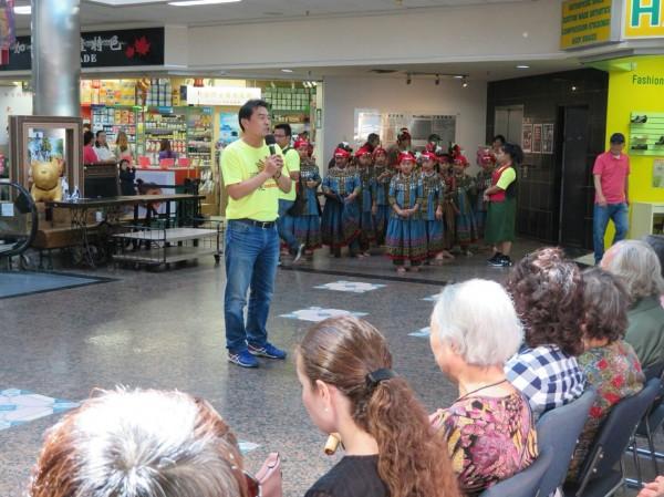 青葉國小校長賴維振,帶領青葉魯凱歌謠兒童合唱團到加拿大演出。(青葉國小提供)