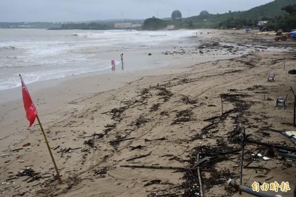南灣受天候影響遊客不多。(記者蔡宗憲攝)