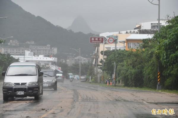 船帆石往香蕉灣路段因土石流泥濘。(記者蔡宗憲攝)