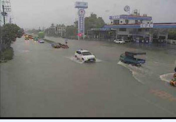 屏東連日雨炸阻礙排水,台一線枋寮段路上行舟。(記者蔡宗憲翻攝)
