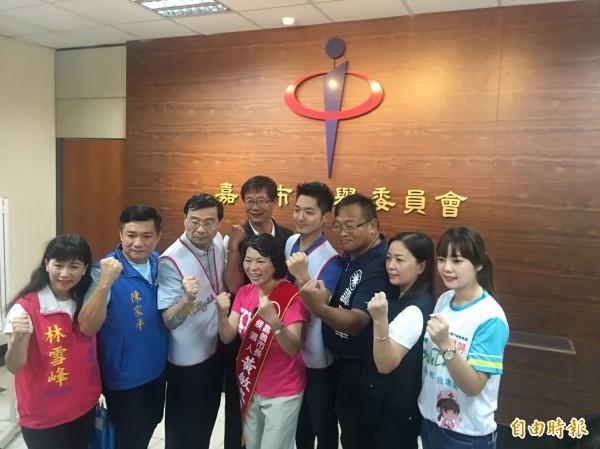 前嘉義市長黃敏惠到選委會登記參選市長。(記者蔡宗勳攝)