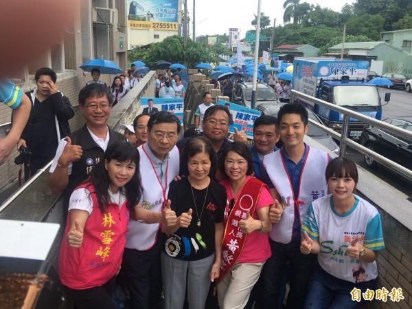 前嘉義市長黃敏惠(右三)由立委蔣萬安(右二、著白色背心)與曾銘宗(左三、著白色背心)陪同登記參選。(記者蔡宗勳攝)