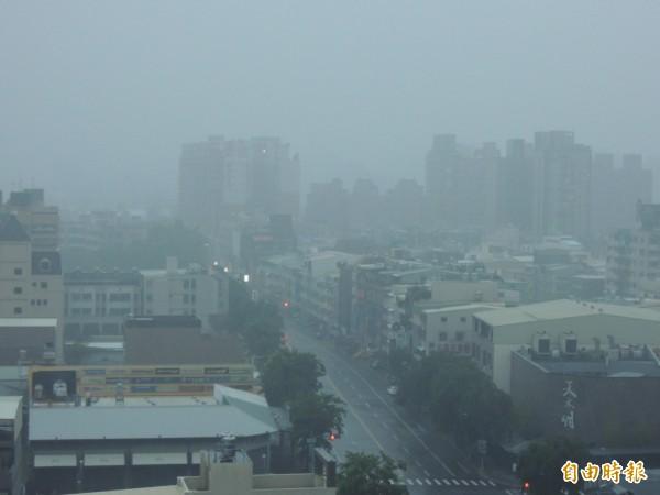 高雄大雨從昨晚到今晨不斷。(記者王榮祥攝)