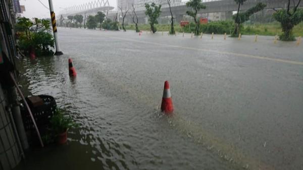 屏東火車站光復路積水嚴重,已淹入民宅。(圖由民眾提供)