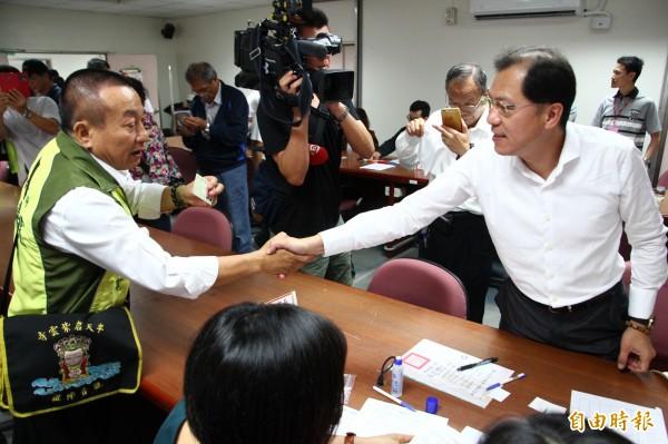 嘉義縣副縣長吳芳銘(右)今天登記參選。(記者林宜樟攝)