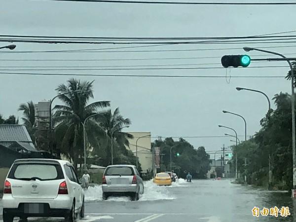 屏縣今天部分道路因雨積水通行不便。(記者羅欣貞攝)