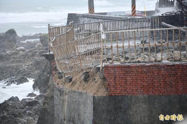 恆春鎮公所認為目前強加施工,反而造成現場持續崩塌中。(記者蔡宗憲攝)