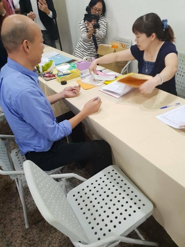 韓國瑜單槍匹馬,完成高雄市長參選登記。(記者葛祐豪翻攝)