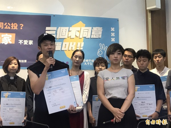 演員溫貞菱表示、作家李屏瑤表示、藝人焦糖哥哥(陳嘉行)也都出席這場記者會,呼籲大家十一月二十四日,投下不同意票。(記者蘇芳禾攝)