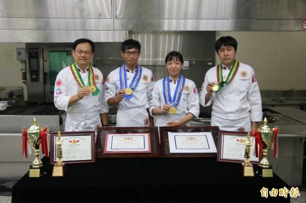 弘光師生鄭錦慶(左起)、陳有朋、廖于儀、黃志雄參加菲律賓世界名廚比賽奪2特金2金獎 。(記者張軒哲攝)