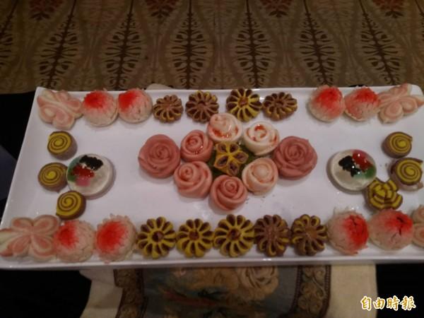 弘光科大鄭錦慶老師以中式麵食做出各種花的造型,奪得比賽特金。(記者張軒哲翻攝)