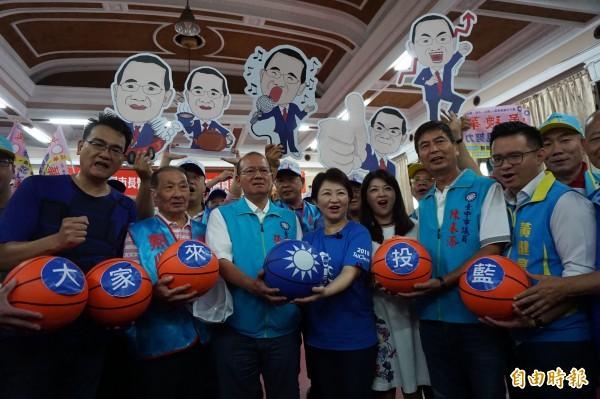 國民黨市長參選人盧秀燕與副議員張清堂等多次參選人拿籃球呼籲市民大家來投藍。(記者蔡淑媛攝)