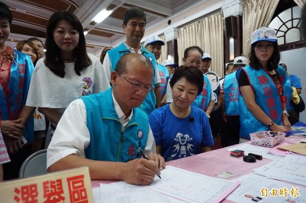 國民黨市長參選人盧秀燕陪同副議員張清堂登記參選。(記者蔡淑媛攝)