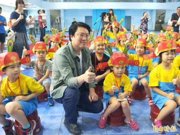 今天是開學日,基隆市長林右昌到安樂國小為小一新生戴狀元帽、點朱砂,期許小朋友鵬程萬里。(記者俞肇福攝)