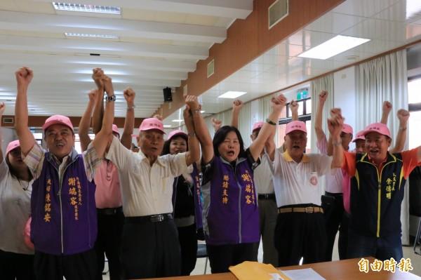 謝端容在丈夫、前縣議員陳銘安(左一)、地方耆老、90歲老父(右二)陪同下,力拚成為竹南首位民選女鎮長。(記者鄭名翔攝)