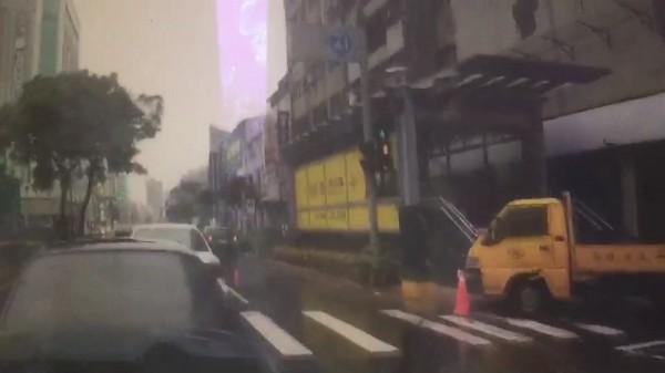 警車推撞前方自小客。(記者黃旭磊翻攝)