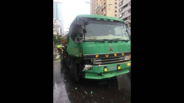 肇事貨車右前方保險桿撞損。(記者黃旭磊翻攝)