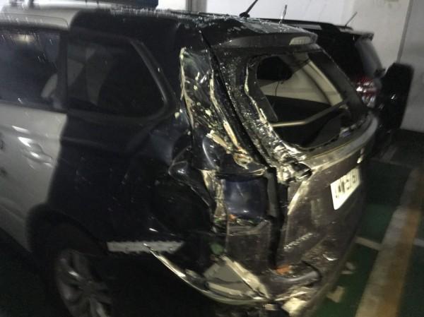 警巡邏車左後板金被撞凹。(記者黃旭磊翻攝)
