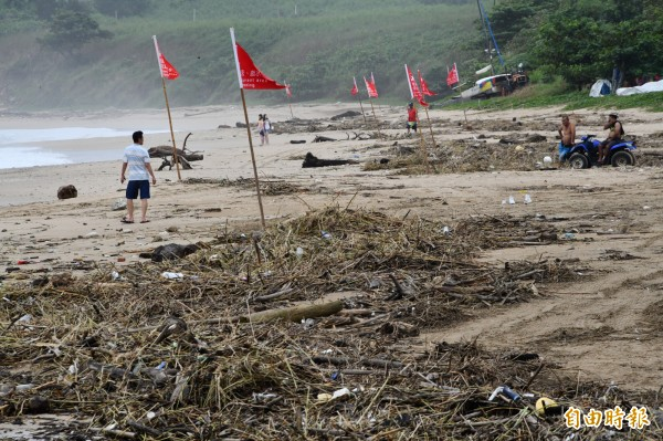 南灣沙灘狀況慘。(記者蔡宗憲攝)
