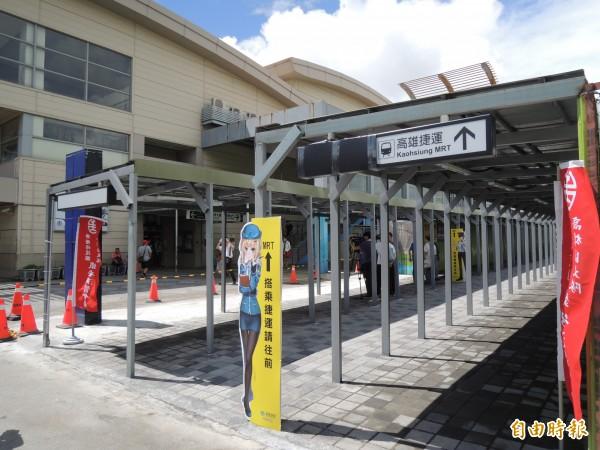 高捷高雄車站永久站臨時出入口位於高雄火車站臨時站旁。(記者王榮祥攝)