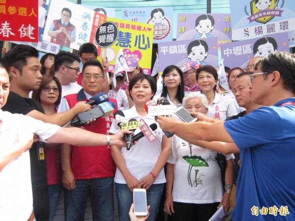 前立委楊麗環今在支持者簇擁下前往選委會,並闡明參選理念。(記者謝武雄攝)