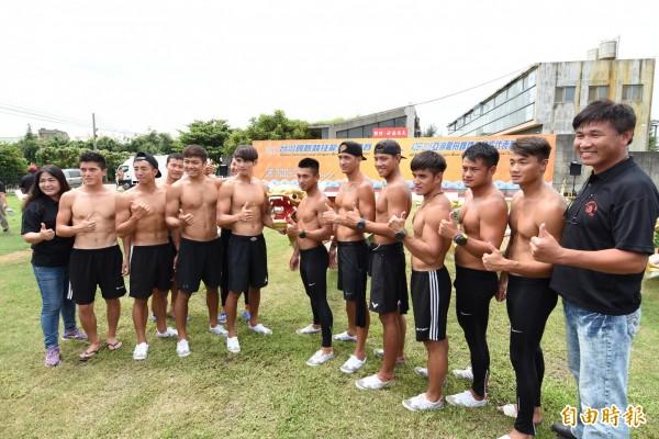 本屆亞運輕艇龍舟賽的選手、教練出席龍舟點睛儀式。(記者湯世名攝)