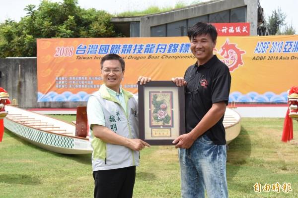 亞運台灣輕艇龍舟代表隊,獲得2金1銀佳績,教練黃椿霆(右)接受彰化縣長魏明谷(左)表揚。(記者湯世名攝)