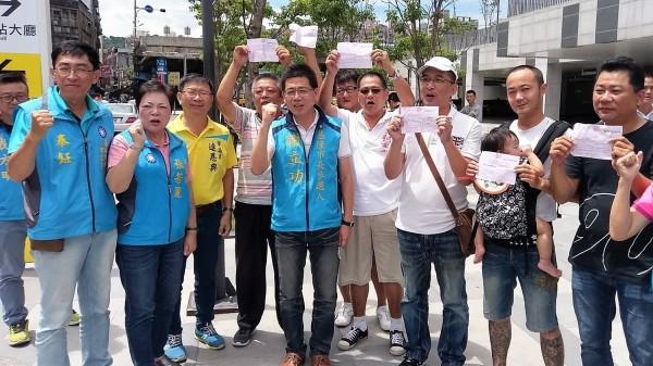 國民黨提名的前移民署長謝立功(中)角逐基隆市長。(謝立功競選辦公室提供)