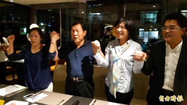 鄺麗貞丈夫吳俊立(左二)今晚痛批妻子鄺麗貞登記參選縣長,牽著饒慶鈴(右二)的手喊加油。(記者黃明堂攝)