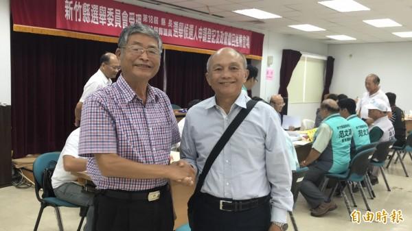 新竹縣議員嚴永秋(左)70歲了,服務熱忱卻不輸年輕人,這次要拚連任。身旁則是回鍋準備再選議員的關西鎮長吳發仁。(資料照)