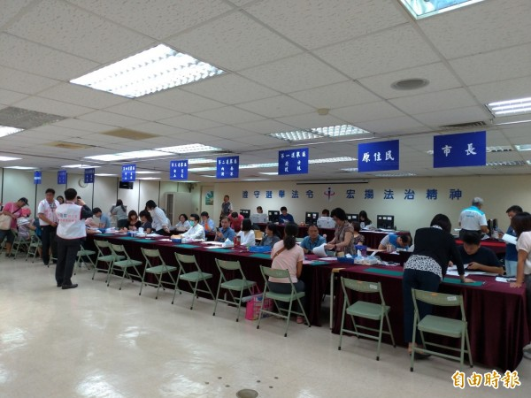 台北市選舉委員會受理市長、市議員、里長登記參選。(記者蔡亞樺攝)