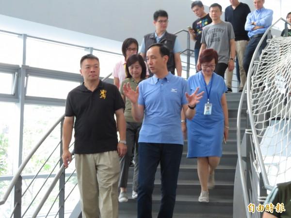 國民黨台南市長參選人高思博(左)北上參觀新北市建設,姊夫、新北市長朱立倫充當起導覽員,介紹一手打造的國民運動中心,年底將完成第13座。(記者何玉華攝)