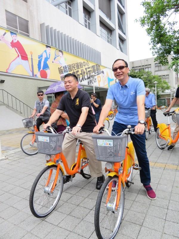 國民黨台南市長參選人高思博,與姊夫、新北市長朱立倫一起騎YouBike。(記者何玉華攝)