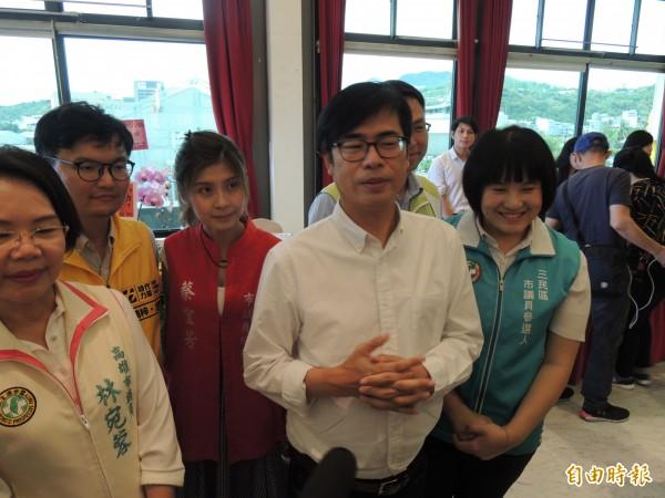 陳其邁提出一個品質、六責任區、八小時修補的坑洞處理方案(記者王榮祥攝)