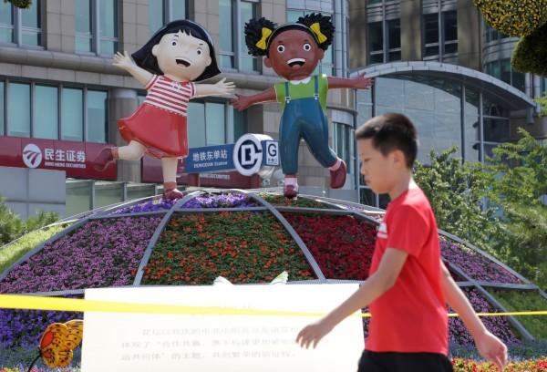 中國主導的「中非合作論壇」(FOCAC)3至4日在北京登場,市區隨處可見象徵中非友好的裝飾。(路透)