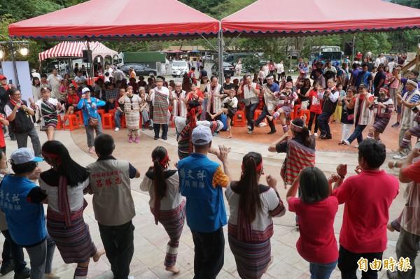 新竹縣五峰鄉泰雅族祖靈祭,今天在清泉風景區頭目廣場,現場展演傳統舞蹈、音樂、編織與射箭比賽。(記者廖雪茹攝)