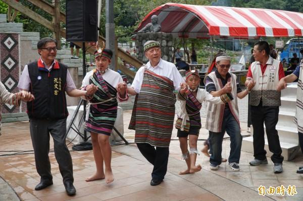 新竹縣長邱鏡淳(左3)、立委孔文吉(左1)等來賓也和五峰鄉泰雅族人一同手牽著手舞蹈。(記者廖雪茹攝)