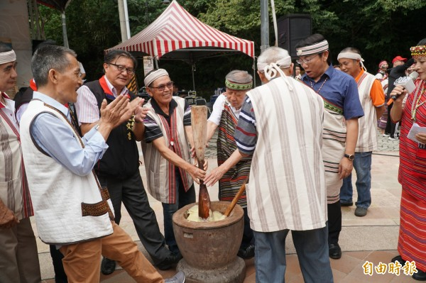 五峰鄉祖靈祭活動現場有搗小米DIY、原民編織等多項體驗。(記者廖雪茹攝)