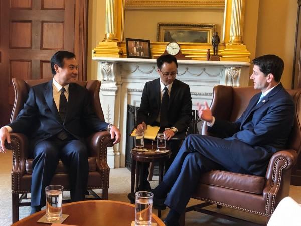 台美國會議長首次在華府舉行一對一會談。左為台灣立法院長蘇嘉全、右為美國眾院議長萊恩。(台北駐美代表處提供)