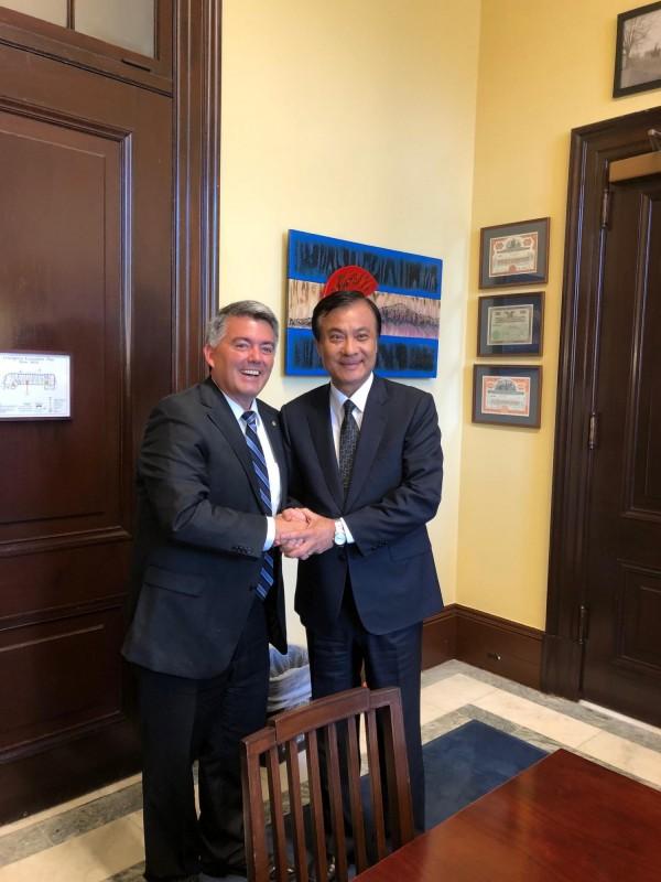 來華府參加已故參議員麥肯追思儀式的台灣立法院長蘇嘉全感謝參院外委會亞太小組主席賈德納對台灣的長久支持。(駐美代表處提供)