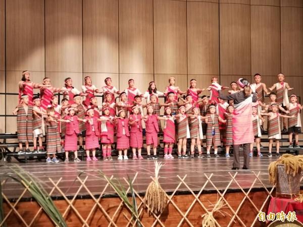 新竹縣尖石鄉嘉興國小馬胎好聲音合唱團、泰雅學堂青少年合唱團及泰雅之聲合唱團,今天下午攜手在縣立演藝廳共同演出,泰雅孩童清徹明亮的歌聲,讓聽眾大飽耳福。(記者廖雪茹攝)